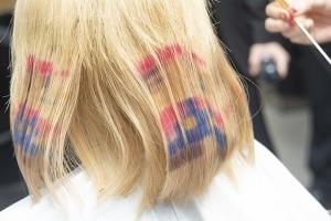 日本顶尖发型师高桥美树女士为美发班实操授课,带来日系挑染和像素染发