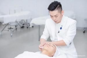 和专业美容导师学习如何给头部做个SPA,缓解疲劳解救失眠
