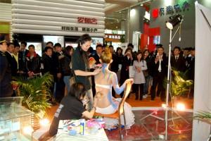 蒙妮坦学院身体彩绘 房交会上轰动滨城