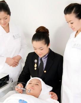 资深美容导师为学员演示面部仪器之美容阴阳电离子