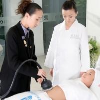 美容导师为学员演示身体仪器的使用