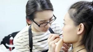 海外归国气质美女学习化妆