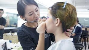 美女时尚管家学习化妆