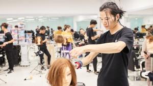 零基础学美发,在成为专业美发师的路上,他们剪短了差距