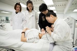 北京蒙妮坦美容学校   美容院美容仪器实操学习