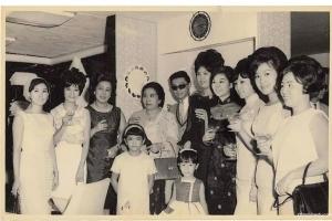 蒙妮坦从创办一所学校到缔造一个行业,56年美容美发化妆摄影美甲师遍布全球