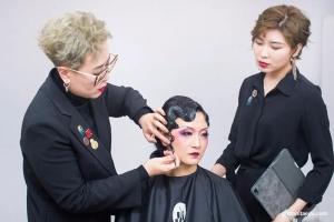 第三期线上课程开播,在致敬经典中拉开序幕,资深化妆导师示范高难度手推波纹