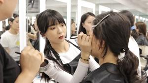 放弃国企工作,3个女孩因热爱追梦化妆