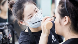 来听听曾经就是化妆师的她讲述来进修后的帮助到底有多大